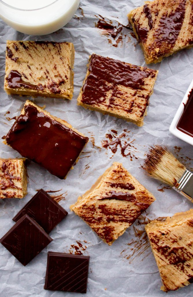 Easy Peanut Butter Blondie Bars--brushed with dark chocolate || SugarSpunRun