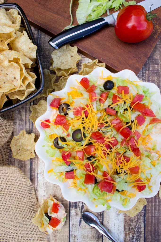 Easy taco dip recipe-- so good! || SugarSpunRun.com