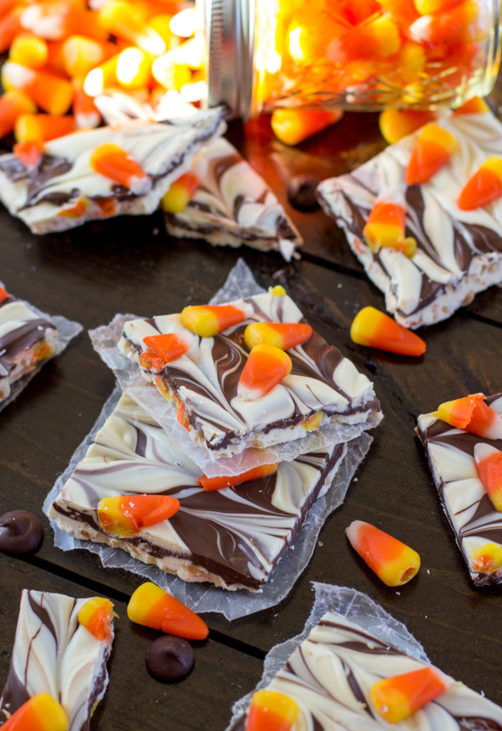 Easy candy corn bark--perfect for Halloween! || SugarSpunRun
