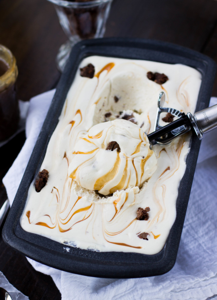 No-churn salted caramel ice cream loaded with brownie pieces || SugarSpunRun