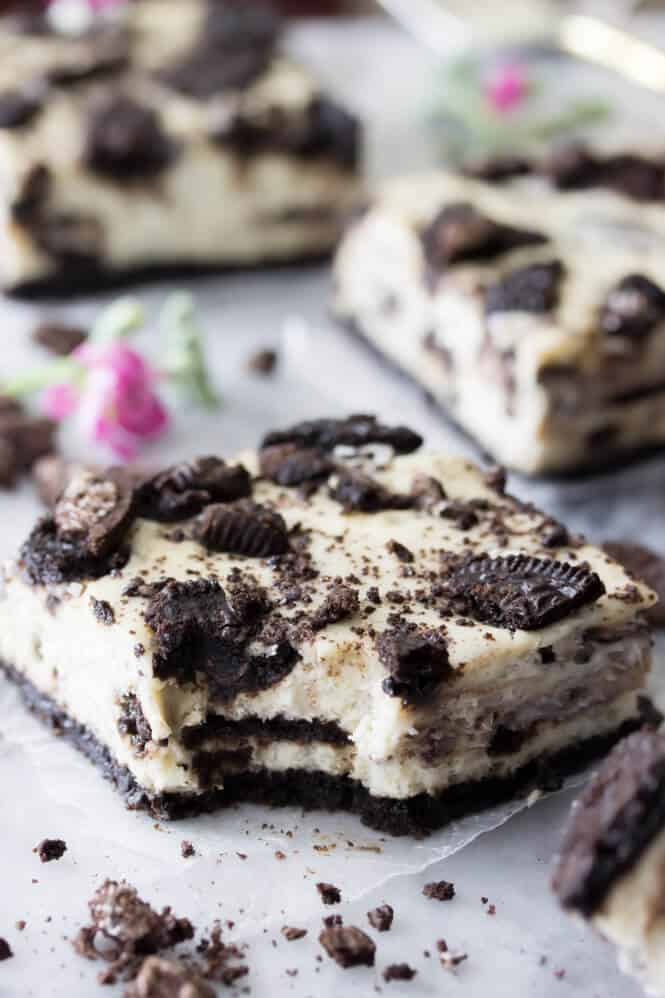 Oreo Cheesecake Bars -- these are so easy to make and SO good! || Sugar Spun Run