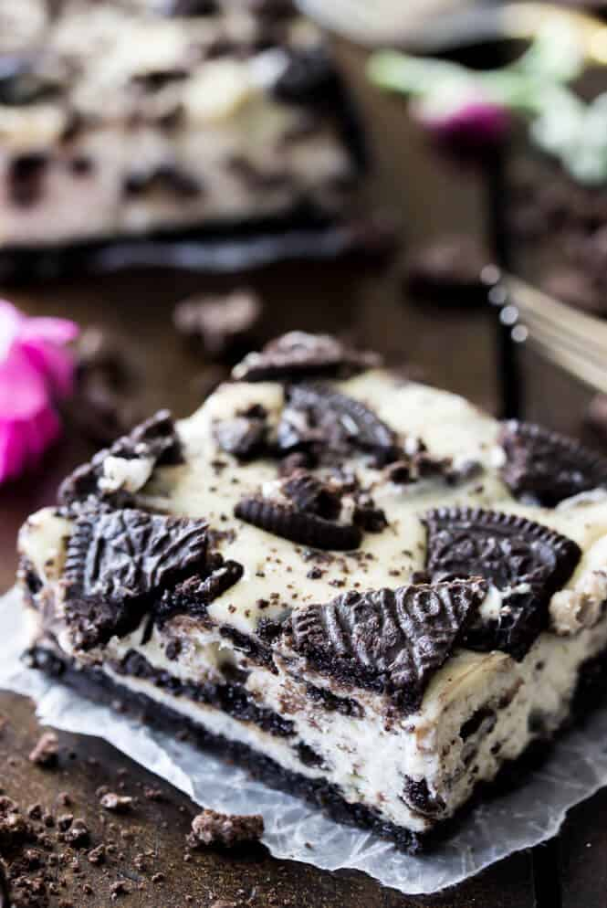 Oreo Cheesecake Bars -- these are so easy to make and SO good! || Sugar Spun Run